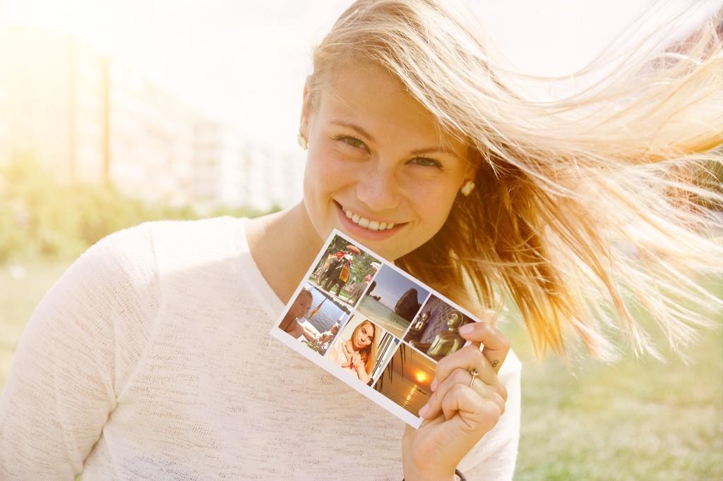 frau mit echter postkarte mypostcard