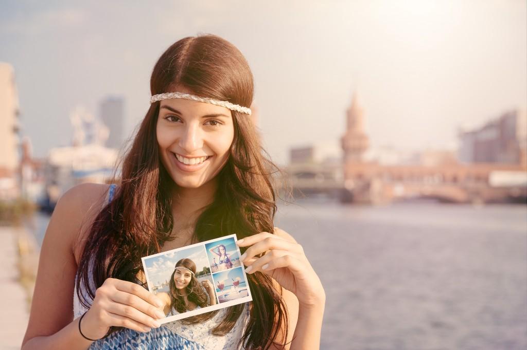 model mit postkarte in berlin