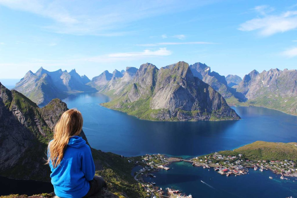 MyPostcard, die Urlaubs-App: Mädchen vor traumhafter Kulisse mit See und Bergen