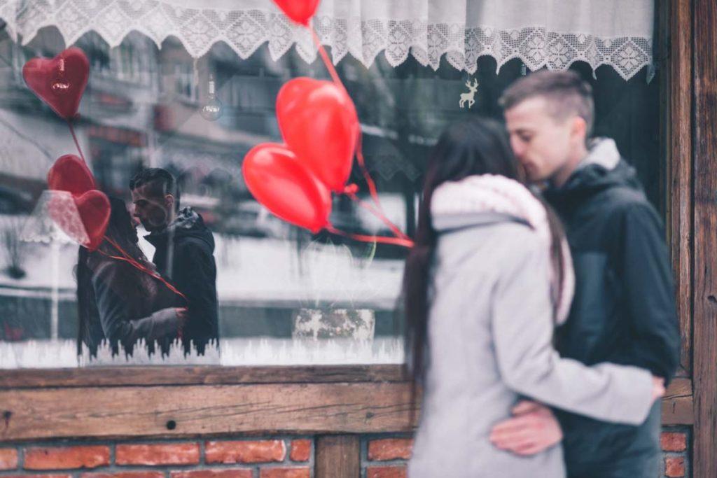 Pärchen an Valentinstag mit Herz-Luftballons