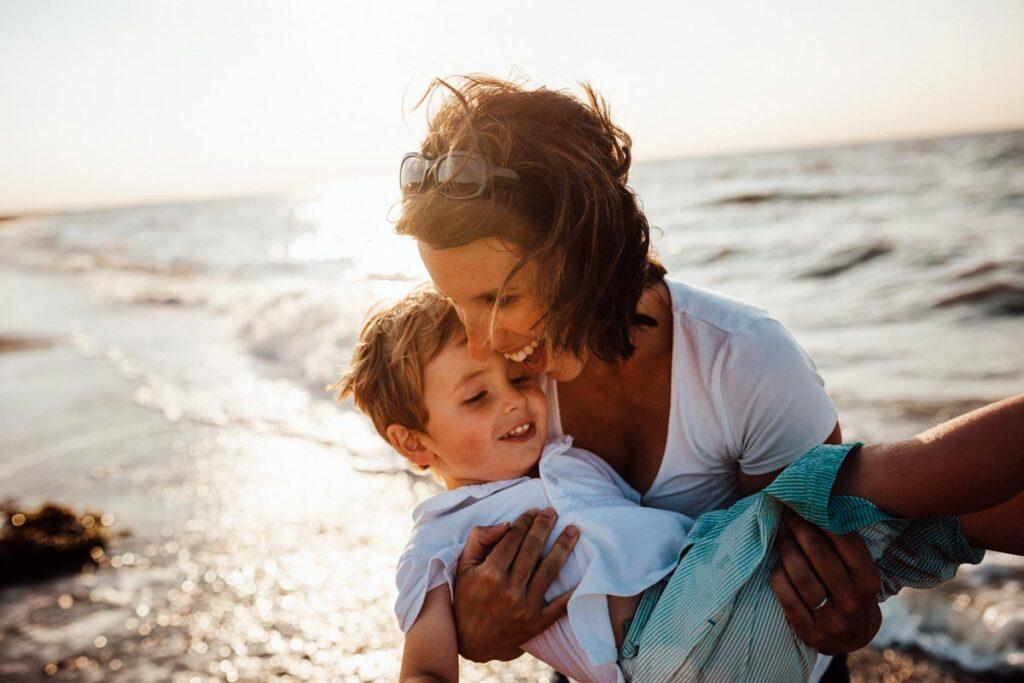 Instagram Mamas wie diese Mutti am Strand mit lächelnden Sohn.
