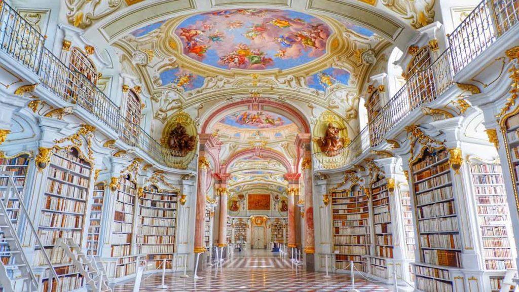 Blick in die Halle der Admont Abbey Bibliothek