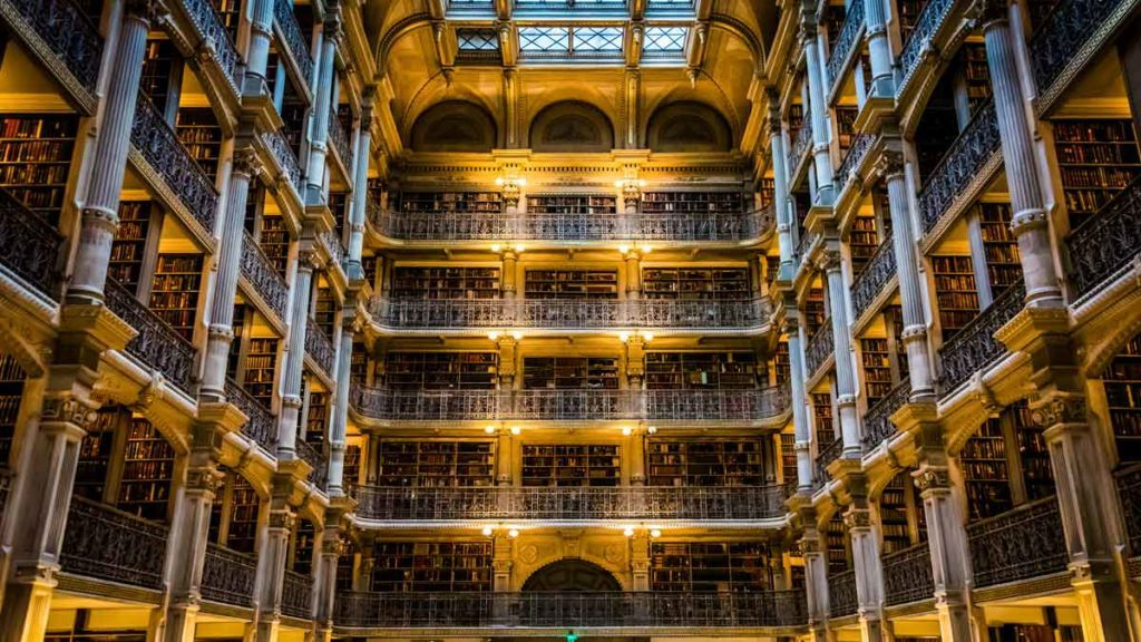 Elegante, mehrstöckige Halle der George Peabody Library