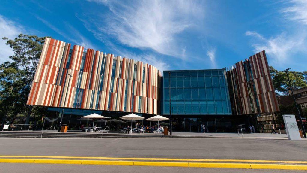 Bunte Außenfassade der Macquarie Universitätsbibliothek als eine der schönsten Bibliotheken weltweit