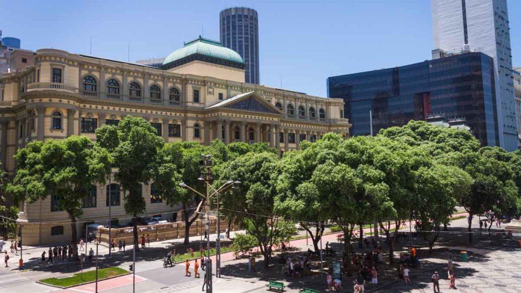 Fassade und begrünter Vorplatz der National Library of Brazil