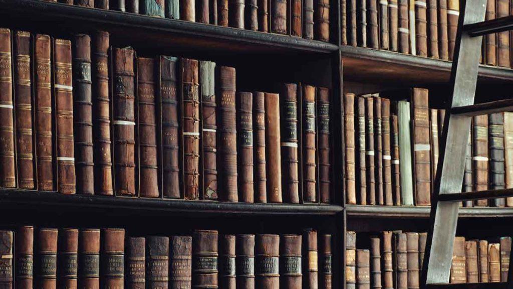 Bücherregal gefüllt mit antiken Werken