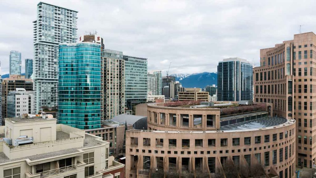 Die markante rotbräunliche Fassade der Vancouver Public Library im Stadtzentrum Vancouvers