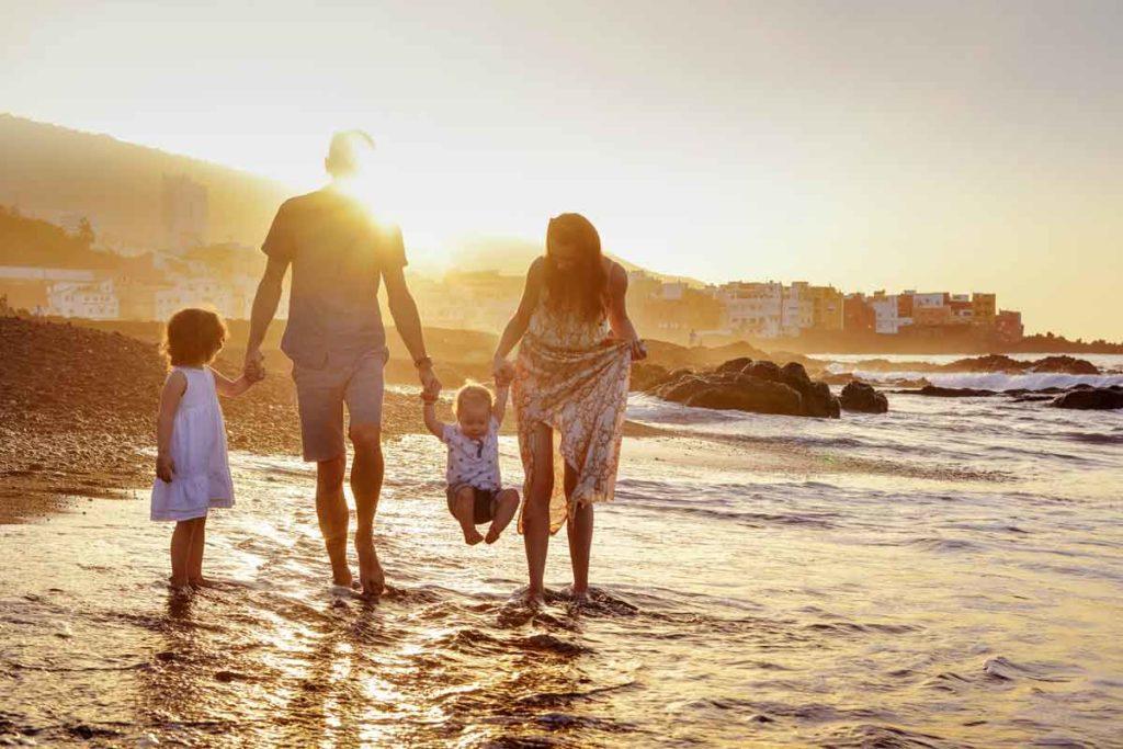 Perfekte Familienfotos Motiv: Familie spazierend am Strand