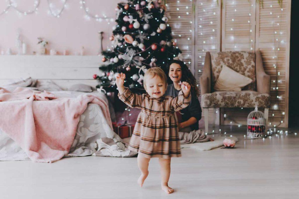 Mutter und Kind in weihnachtlichem Ambiente für perfektes Familienfoto