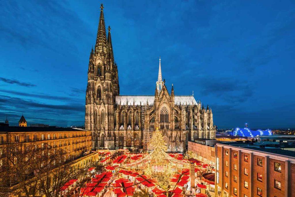 Großer Weihnachtsmarkt vor dem Kölner Dom