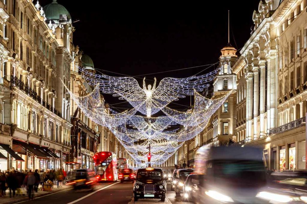 Weihnachtlich geschmückte Einkaufsstrasse in London mit Straßenverkehr