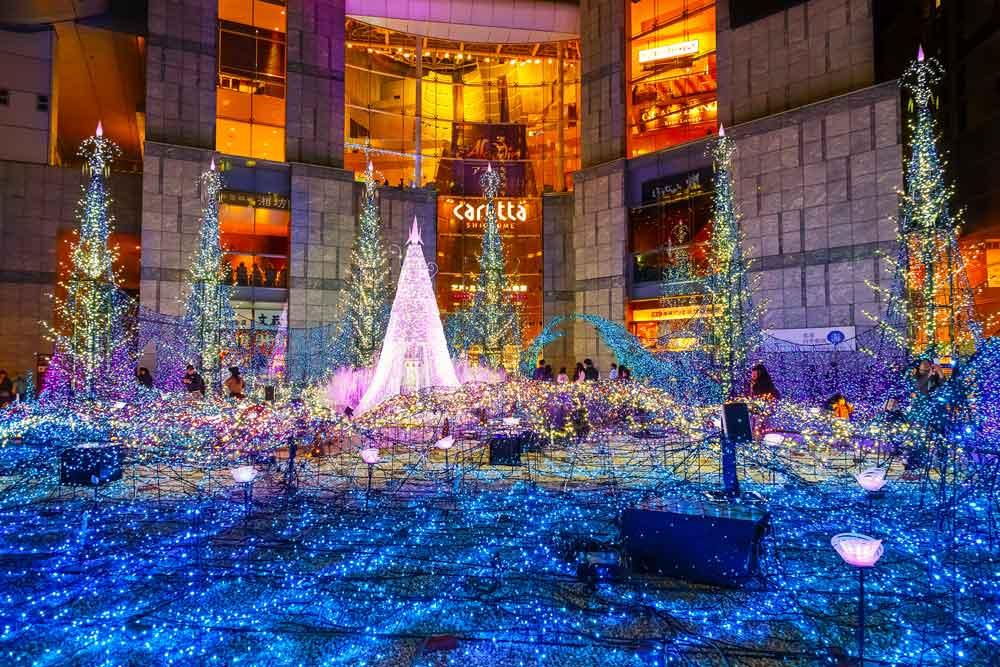 Pompöse Weihnachtsbeleuchtung in Einkaufszentrum in Tokio