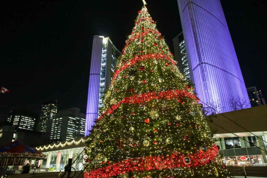 Riesiger pompös geschmückter Weihnachtsbaum in Toronto