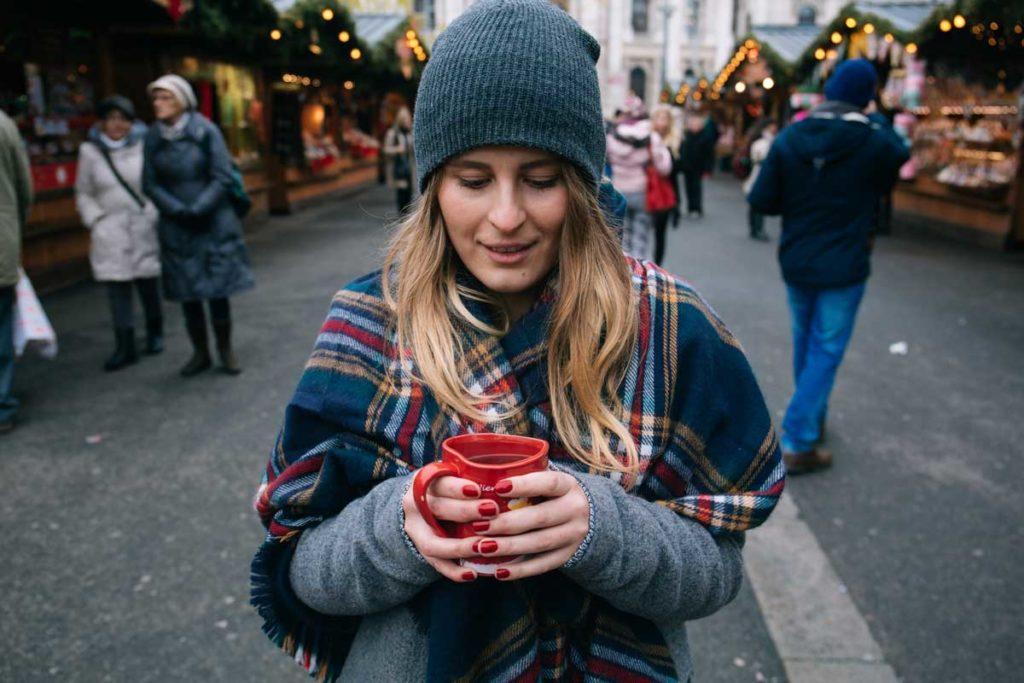 Junge Frau auf einem der schönsten Weihnachtsmärkte weltweit in Wien