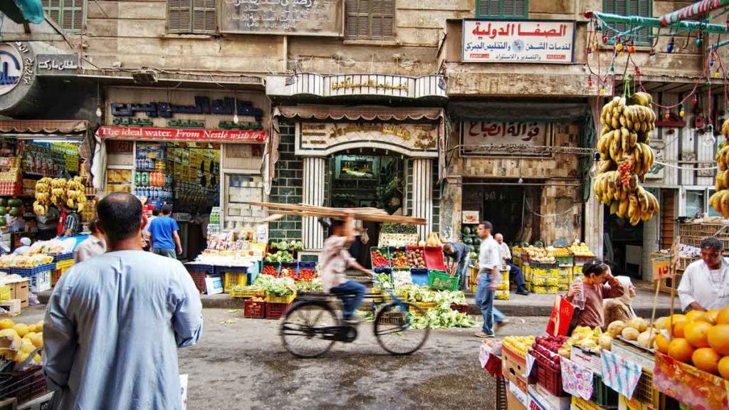 Bunte Fruchtstände in den aufregenden Straßen Kairos