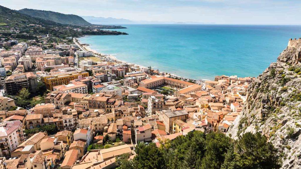 Blick auf die Küstenstadt Cefalù in Sizilien