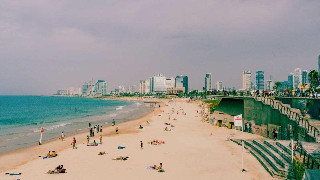 Blick auf den Strand von Tel Aviv und Skyline