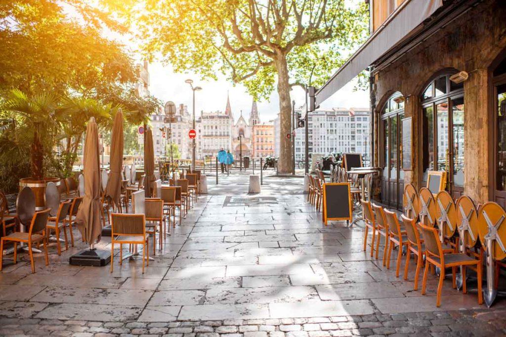 Außenansicht eines Cafés in Lyon tagsüber