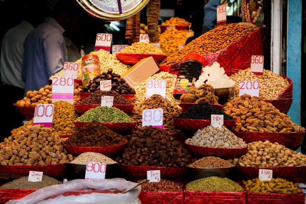 Trockenfrüchte in vielen Farben an einem Stand in Delhi