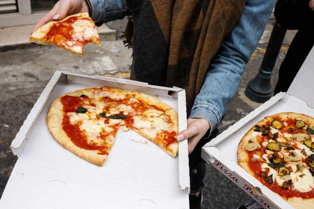 Pizza zum Mitnehmen in Neapel, eine der besten Städte für Foodies