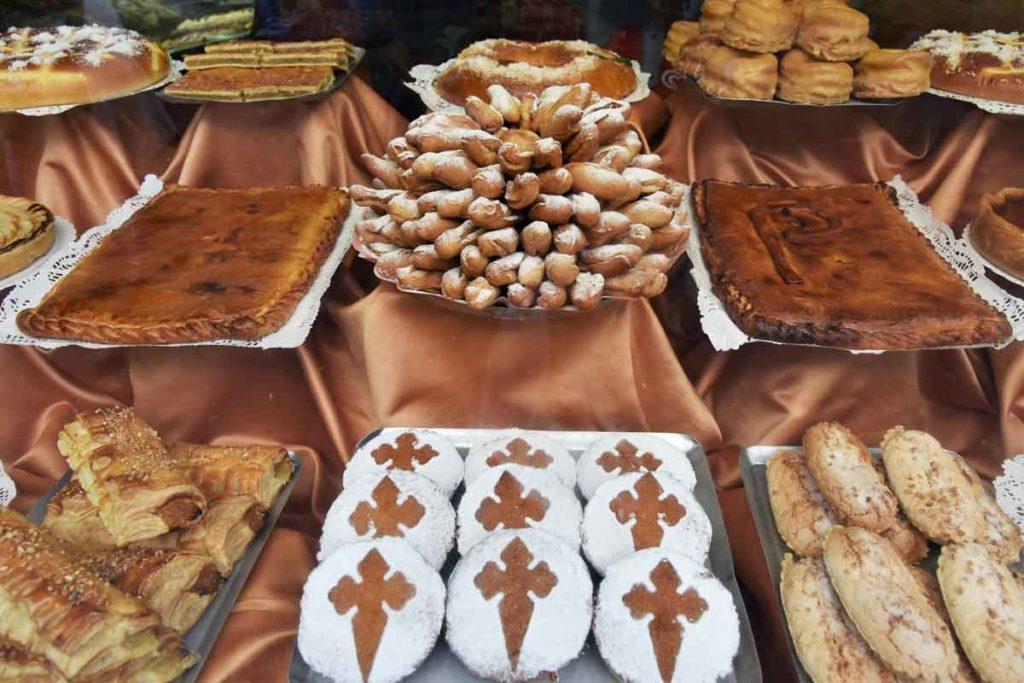 Auslage einer typischen Bäckerei mit Süßigkeiten in Santiago de Compostela