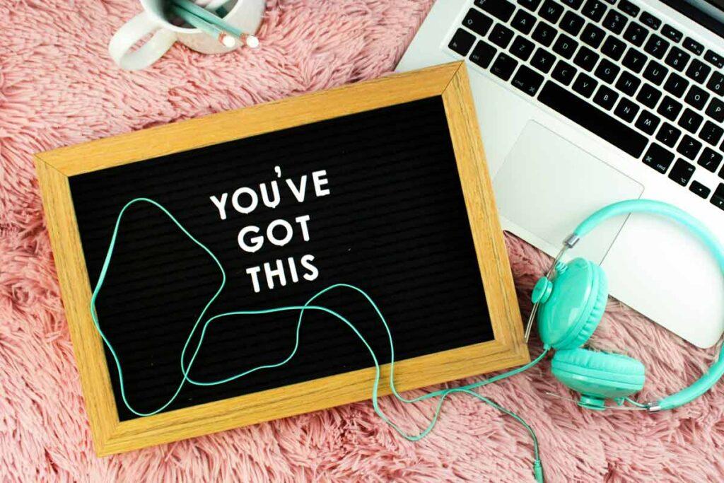 In Kontakt Bleiben? 'You've Got this!' steht auf eine Kreidetafel