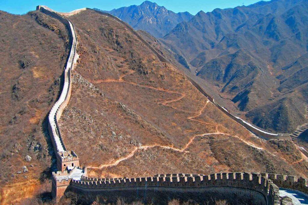 Die Chinesische Mauer unter blauem Himmel ist die perfekt Szene für diese Reisefilm