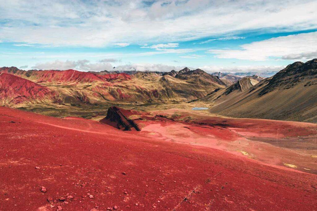 Eine hellrote Berglandschaft in Südamerika