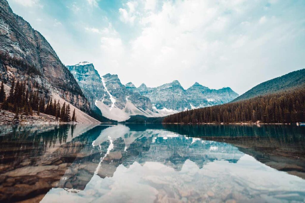Die Berge steigen auf hinter einem Kanadischen See