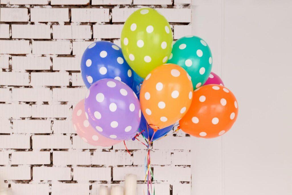 Bunte Balloons zum feiern das Geburtstag aus der Ferne