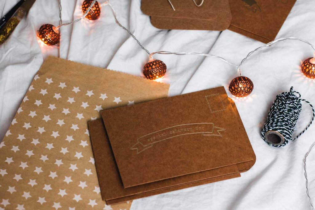 Leere Gutscheins mit Lichte-Kette - so feiert man Geburtstag aus der Ferne