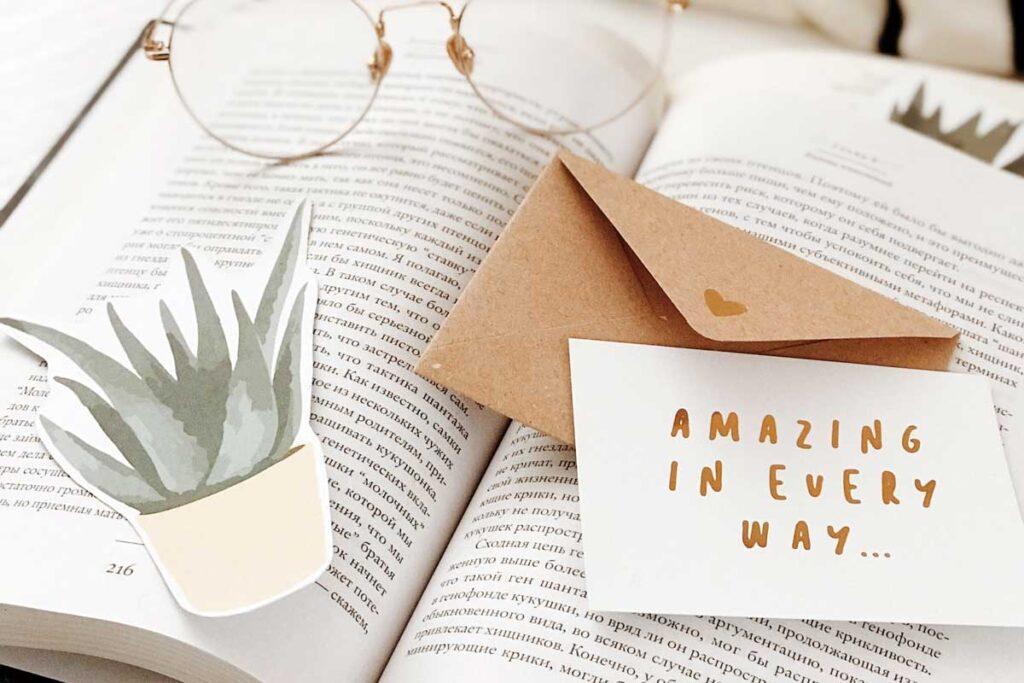 Eine Postkarte liegt auf einem Buch