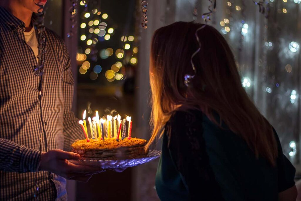 Eine Frau feiert ihr Geburtstag aus der Ferne mit Kuchen