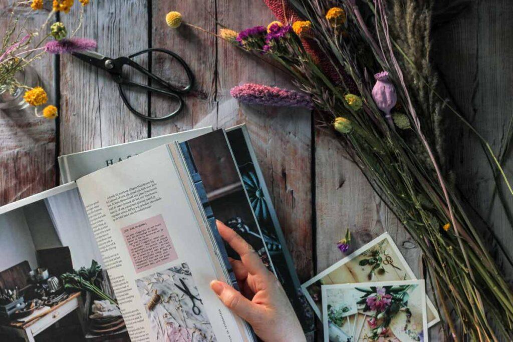 Ein Legebild mit Blumen und Magazine