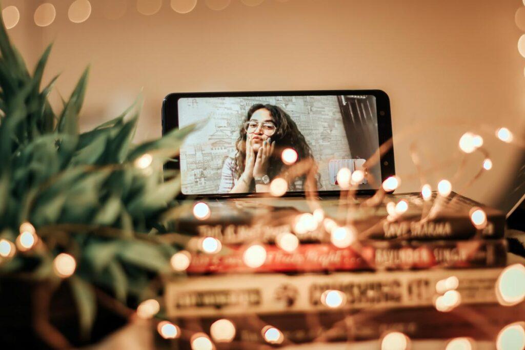 Eine Frau auf dem Handy-Bild