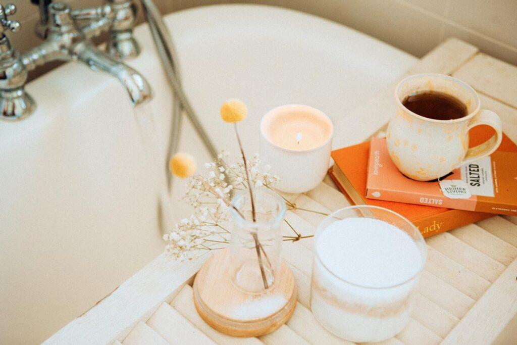 Der perfekten Urlaub zu Hause mit Kaffee & Blumen neben das Bad