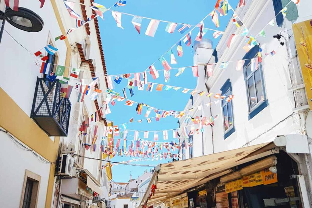 Viele Flaggen unter blauem Himmel