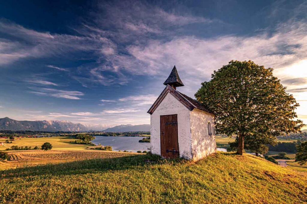 Eine kleine Hütte abends repräsentiert die ruhige Reiseziele Deuschlands