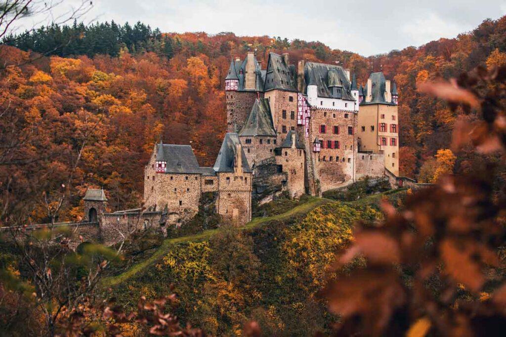 Ein Schloss auf dem Berg in Herbst