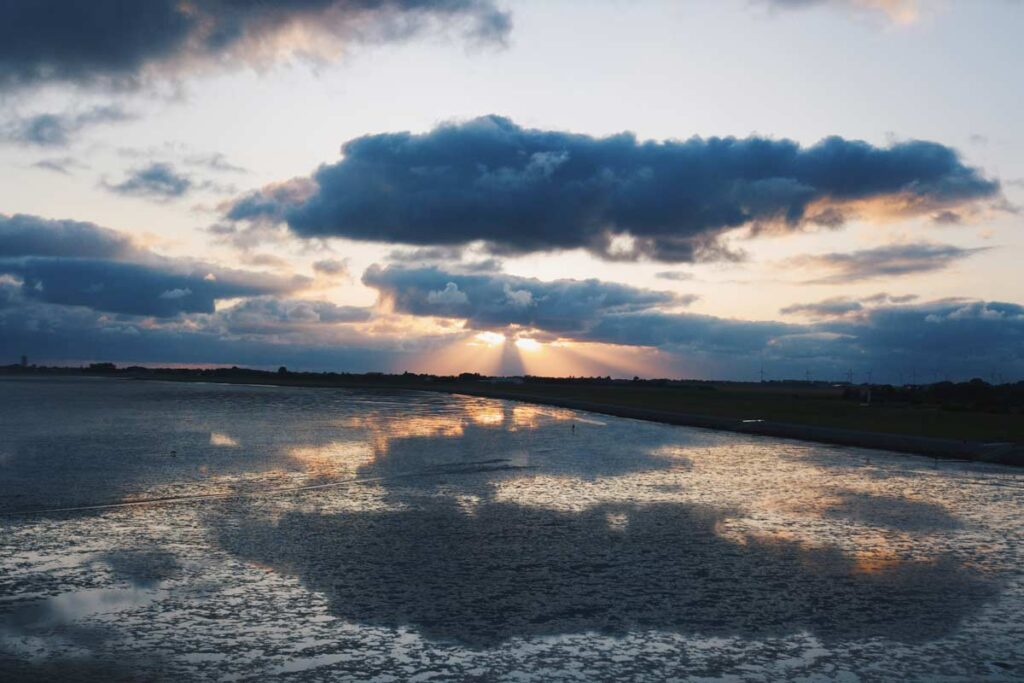 Wattenmeer in den Sonnenuntergang ist eines der ruhigen Reiseziele in Deutschland