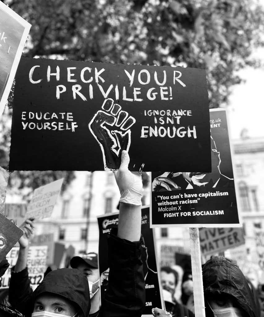 Ein Plaket lautet 'informiere dich' um Black Lives Matter zu unterstützen