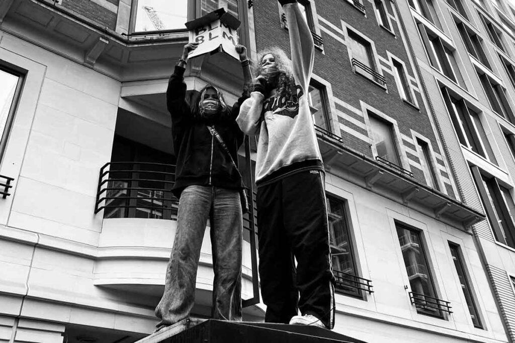 Zwei Demonstranten stehen zusammen auf das Dach