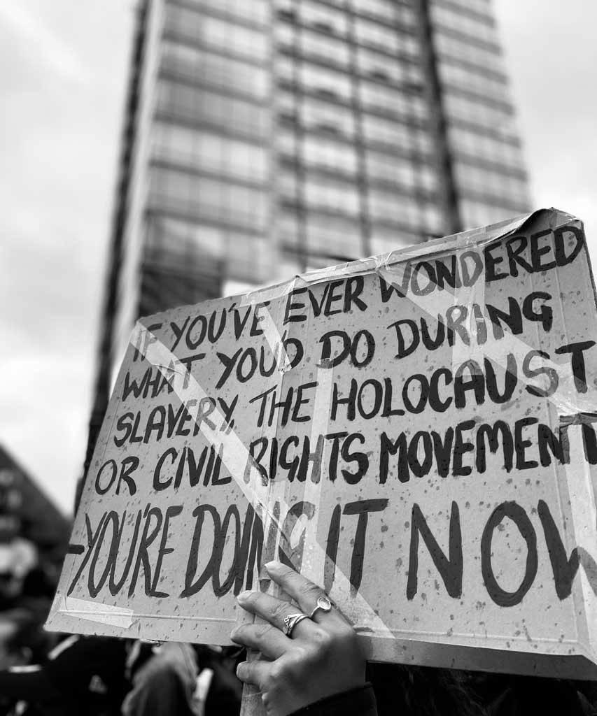 Ein Plaket wird während Black Lives Matter Protesten gehalten