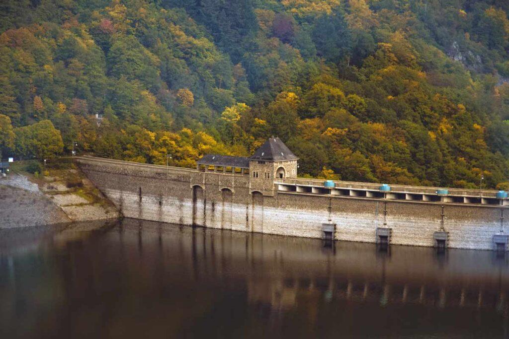 Ein Damm auf Edersee als Natururlaub in Deutschland