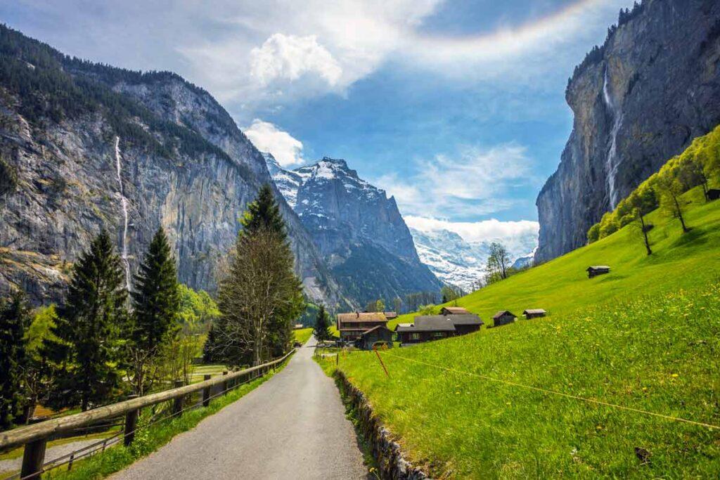 Ein Europa Roadtrip durch die Bergen in der Schweiz