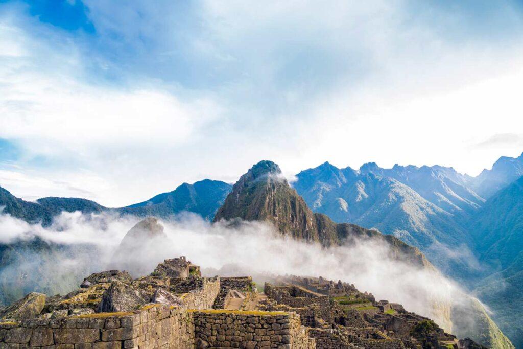 Machu Picchu in Südamerika durch Wolken gesehen