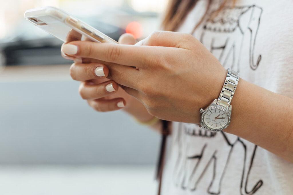Über Social Media und dein Handy ist es einfacher freundschaften zu pflegen.