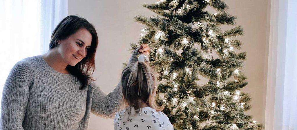 Eine Frau und ihr Kind kommen trotz 2020 in de Festtagsstimmung.