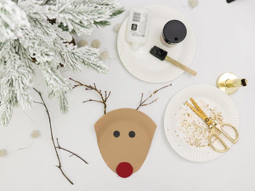 Fertige Rudolph mit der roten Nase - Rentier Teller DIY