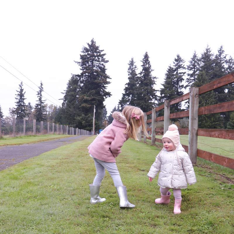 Zwei Kinder spielen zusammen